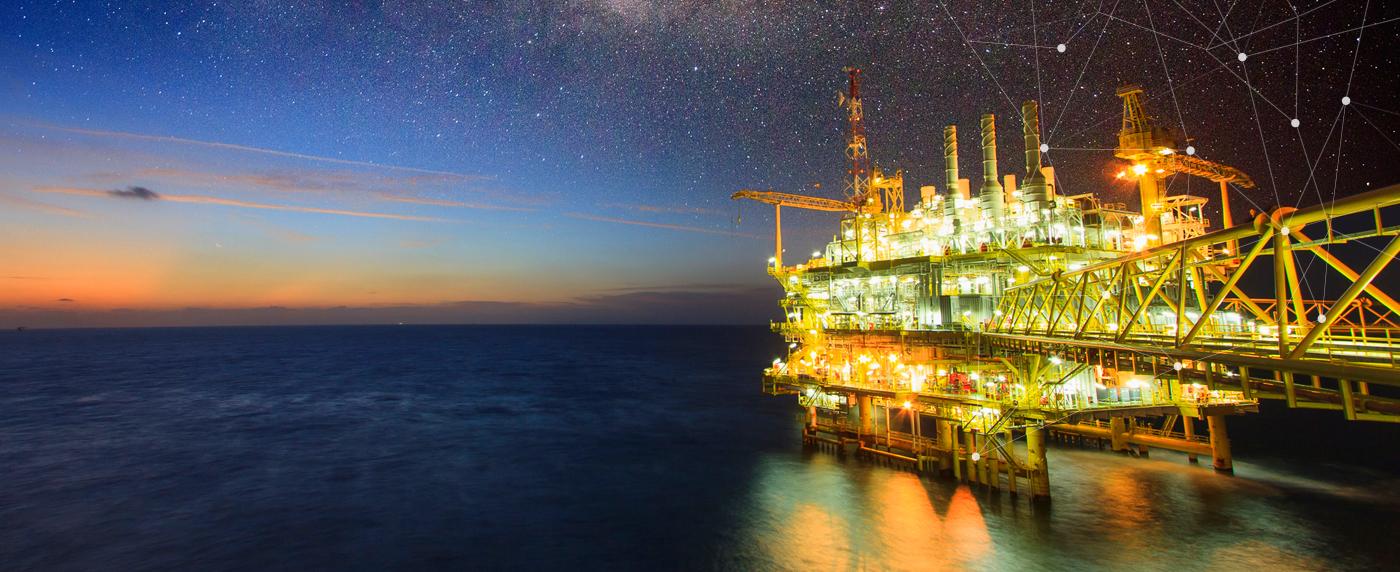 Нефтедобывающая морская платформа вид ночью