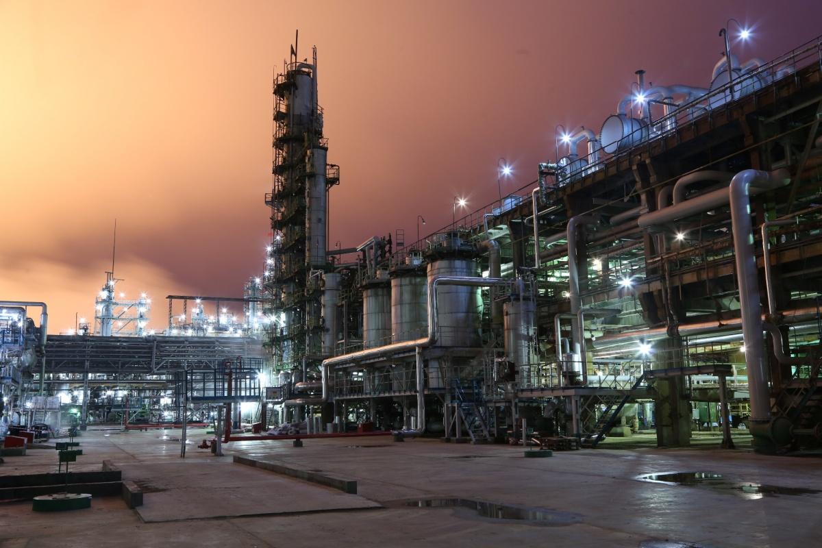 Нефтеперерабатывающий завод ночью