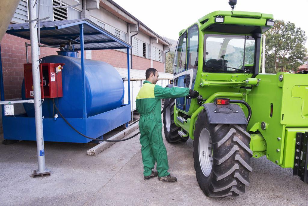 Трактор на заправке дизельным топливом