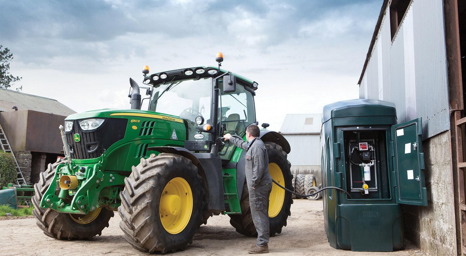 Трактор заправляют Дизельным топливом