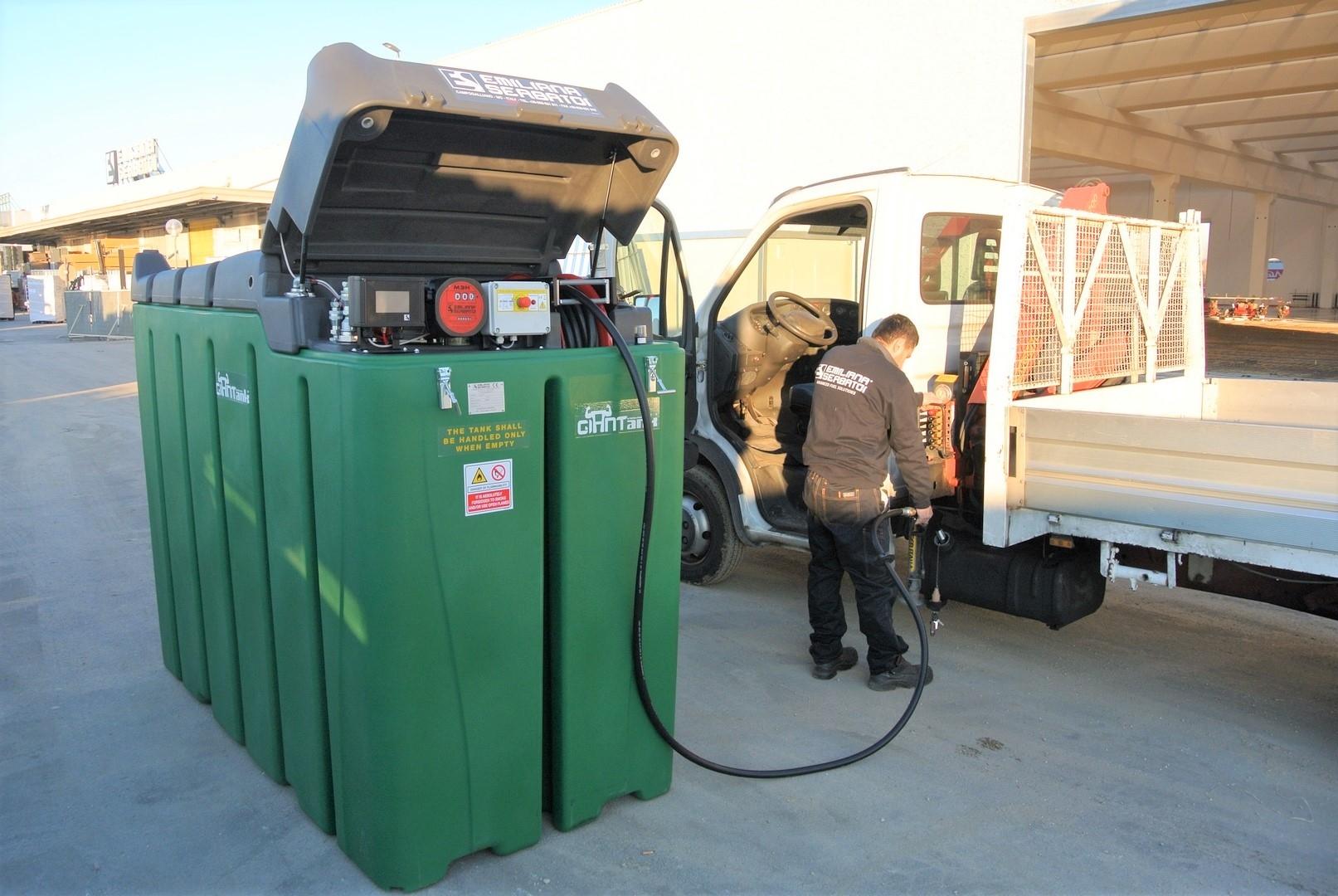Заправка автомобиля дизельным топливом из мини АЗС в автосервисе