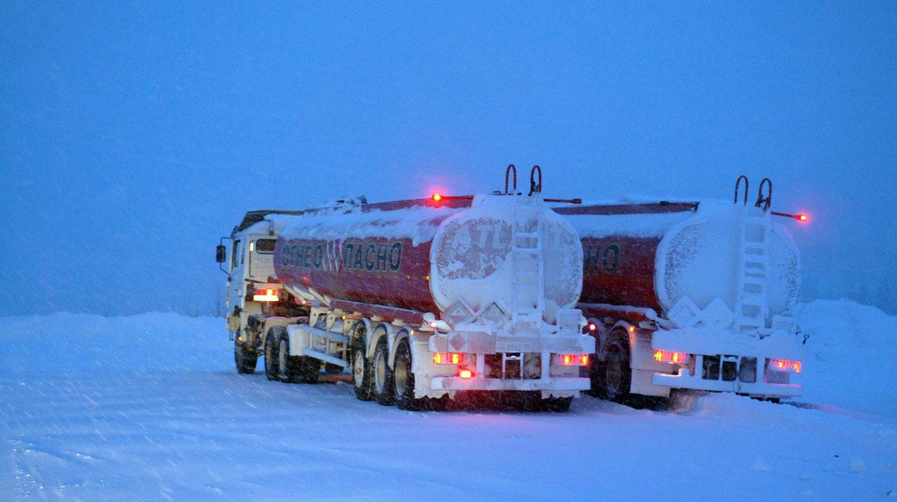 Бензовозы на севере с арктическим топливом