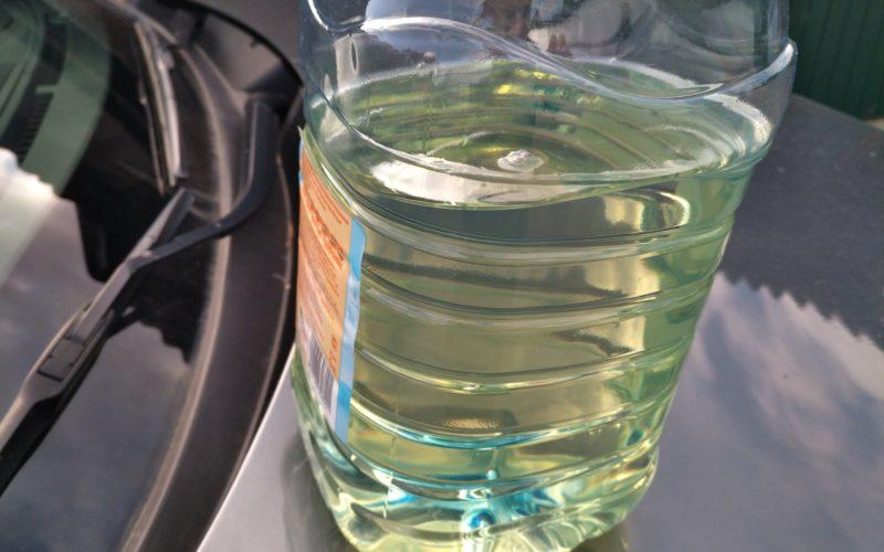 Летнее дизельное топливо в бутылке желтого цвета